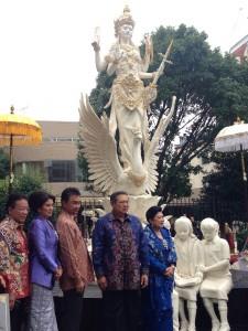 Berpose di depan patung Dewi Saraswati