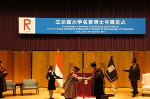 Presiden SBY saat dikukuh sebagai doktor HC