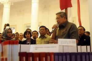 Presiden SBY menyerahkan dokumen pemerintahan yang diserahkan ke Arsip Nasional, Jumat (17/10)