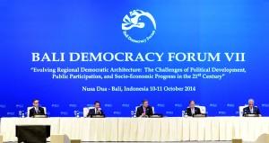 Menlu Marty Natalegawa mendampingi Presiden SBY memberikan keterangan pers