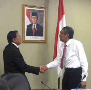 Seskab Dipo Alam menerima hasil audit dari Kepala BPKP Mardiasmo, Kamis (17/10)