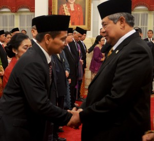 Presiden SBY menyalami Dubes baru RI di negara sahabat, Rabu (15/10)