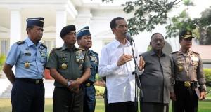 Presiden Jokowi didampingi Panglima TNI, Kepala Staf TNI dan Kapolri, dalam konperensi pers, di Istana, Rabu (22/10)
