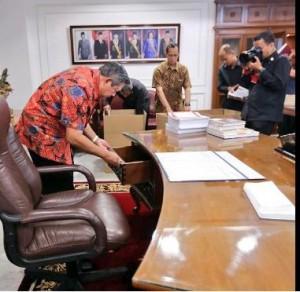 Presiden SBY saat beberes kantor, Senin (13/10) pagi