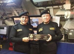 Seskab Dipo Alam menerima Brevet Hiu Kencana dari KSAL Laksamana Marsetio, di dalam KRI Nanggala 2, Sabtu (18/10)