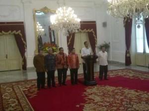 Presiden Jokowi dan Pimpinan DPR menyampaikan konperensi pers seusai bertemu di Istana Merdeka, Minggu (26/10)
