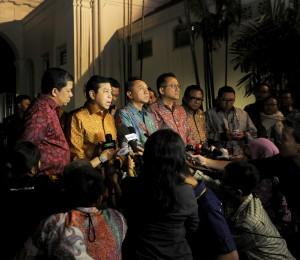 Pimpinan DPR, DPD, dan MPR-RI memberikan keterangan kepada wartawan di Istana Negara. Rabu (15/10)