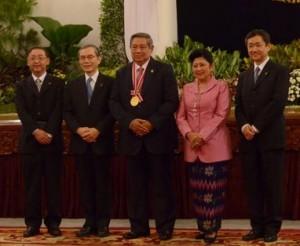 Presiden SBY didampingi Ibu Negara dan Rektor Universitas Soka, Jepang