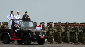 Presiden SBY  memeriksa pasukan pada peringatan HUT ke-69 TNI, di Surabaya, Selasa (7/10)