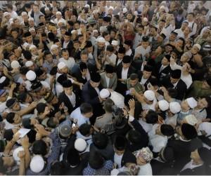 Masyarakat antusias menyambut Presiden SBY seusai menunaikan solat Idul Adha, Mingu (5/10)