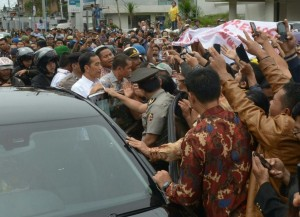 Presiden Jokowi di tengah sambutan meriah warga sekitar Gunung Sinabung, Karo, Sumut, Rabu (29/10)