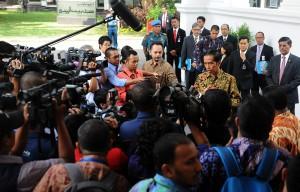 Presiden Jokowi menjawab pertanyaan wartawan di Istana Merdeka, Selasa (21/10)