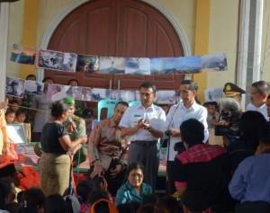 Presiden Jokowi saat berdialog dengan pengungsi Sinabung, Rabu (29/10)