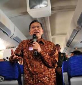 Wapres Boediono pamitan kepada wartawan di atas pesawat