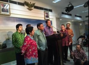 Pansel Capim KPK memberikan keterangan pers seusai diterima Presiden SBY, di kantor Presiden, Kamis (16/10)
