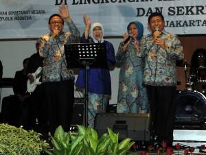 Dipo Alam didampingi Ibu Ninik dan Sudi Silalhi didamping Ibu Rahayu berpamitan kepada jajaran Kemensetneg/Setkab, Jumat (16/10).