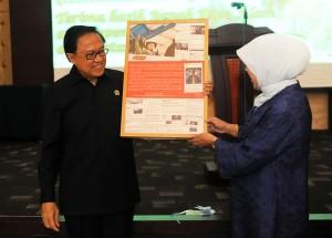 Seskab Dipo Alam dan istrinya Niniek Dipo Alam mengangkat kenang-kenangan, Jumat (17/10)