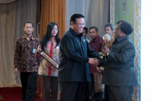 Menko Kesra Agung Laksono menyerahkan penghargaan Raskin Award kepada Bupati Mimika