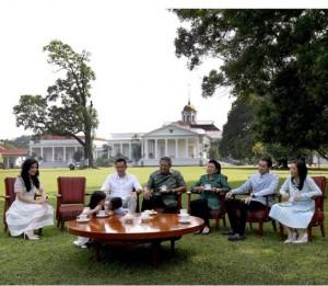 Ngopi bareng di halaman belakang Istana Bogor.