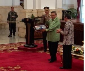 Presiden SBY menerima cendera mata dari Menlu Marty Natalegawai, Senin (13/10)