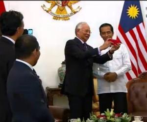PM Malaysia Najib Razak menunjukkan foto selfinya kepada Presiden Jokowi, Senin (20/10)