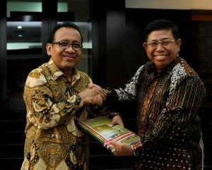Mensesneg Pratikno menerima memori jabatan dari Sudi Silalahi, Senin (27/10)