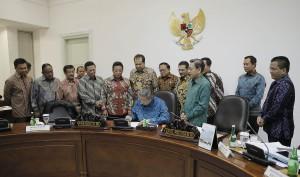 Presiden SBY saat menandatangani Perppu Pilkada