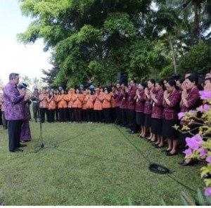 Presiden SBY dan Ibu Ani Yudhoyono berpamitan kepada Staf Istana Tampaksiring, Kamis (9/10)