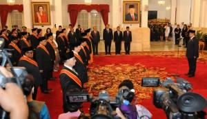 Penganugerahan Tanda Kehormatan Tertinggi RI, di Istana Negara, Jakarta, Senin (13/10)