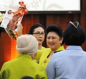 Ibu Negara Ani Yudhoyono saat Hari Batik Nasional 2014 di Kementerian Perindustrian