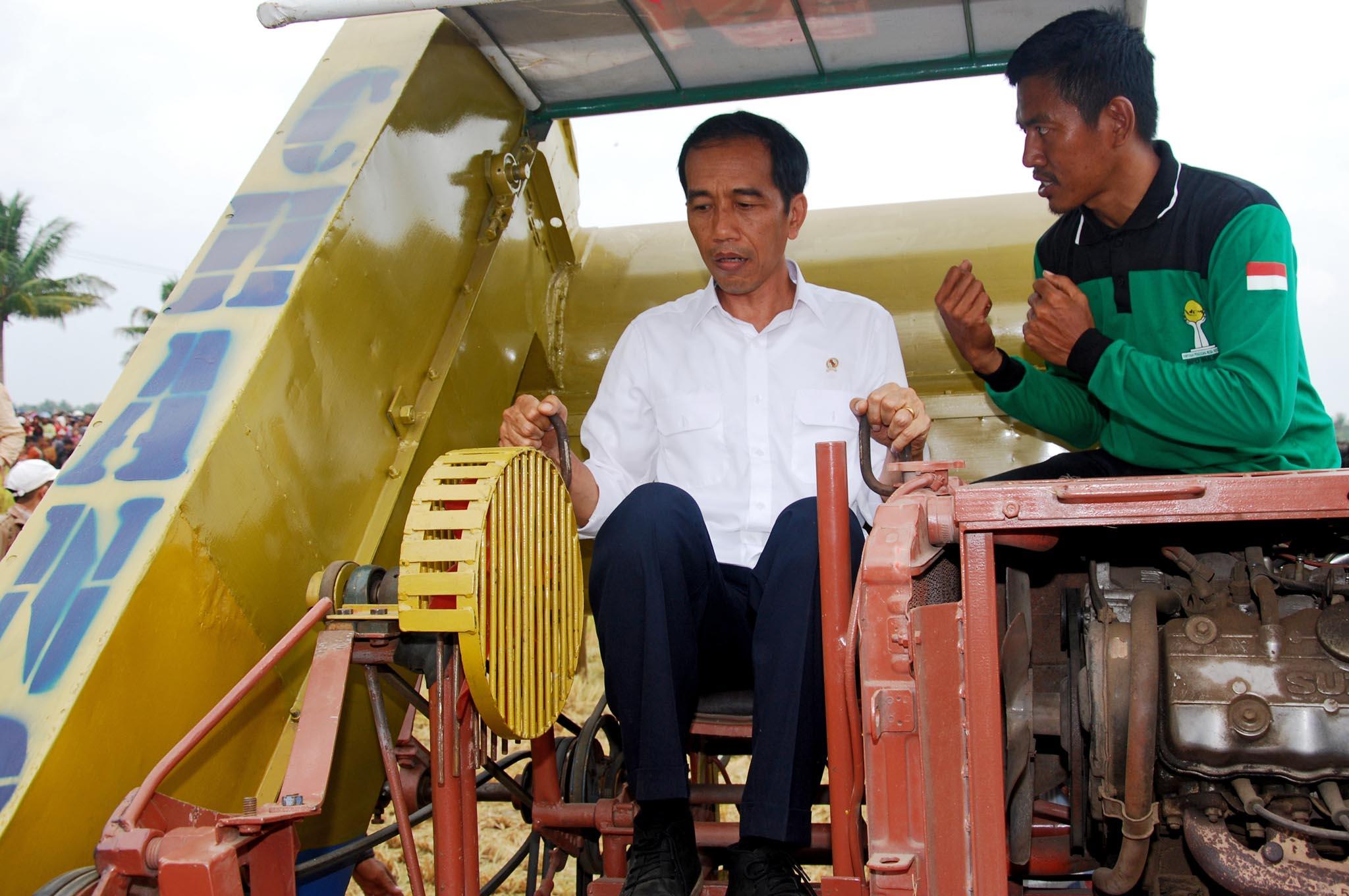 14-11-05_Presiden Jokowi Mencoba Mesin Pemanen Padi Inovasi Lokal-5-s