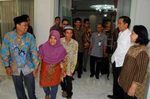 Presiden Jokowi dan Ibu Negara Iriana menerima orang tua penghinanya di Facebook, Minggu (2/11)