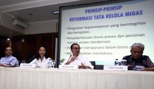 Menteri ESDM, Menteri BUMN, dan Faisal Basri saat pengumuman pembentukan Komite Reformasi Tata Kelola Migas, di Jakarta, Minggu (16/11) sore