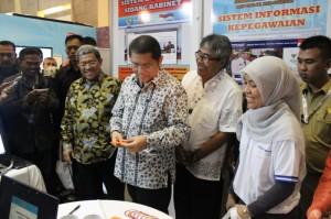 Menkominfo Rudiantara didampingi Gubernur Jabar Ahmad Heryawan meninjau stad Setkab di Bakohumas Expo, Bandung, Selasa (25/11)
