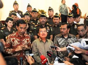 Presiden Jokowi didampingi Wapres Jusuf Kalla dan Jaksa Agung Prasetyo memberi keterangan pers di Istana Bogor, Jumat (28/11)
