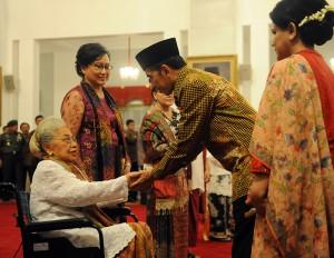 Presiden Jokowi didampingi Ibu Negara Iriana memberikan ucapan selama kepada keluarga Pahlawan Nasional, di Istana Negara, Jumat (7/11)
