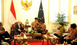 Presiden Jokowi menerima delegasi Uni Eropa yang dipimpin Presidennya, di Istana Merdeka, Rabu (19/11)