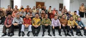 Presiden Jokowi dan Wapres Jusuf Kalla berfoto bersama seluruh gubernur di Istana Bogor, Senin (24/11)