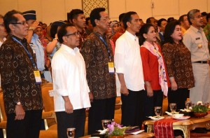 Presiden Jokowi dan Ibu Negara Iriana saat menghadiri Munas XII Kagama di Kendari, Sultra, Kamis (6/11)