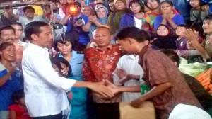 Jokowi-bantu-koperasi-pedagang-pasar-bengkulu-750x422