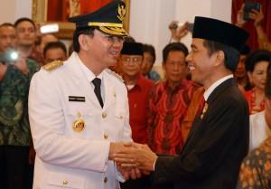 Presiden Jokowi memberikan ucapan selamat kepada Ahok seusai dilantiknya sebagai Gubernur DKI, di Istana Negara, Rabu (19/11)