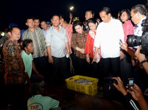 Presiden Jokowi didampingi Ibu Negara Iriana berdialog dengan nelayan di Kendari, Sultra, Kamis (6/11)