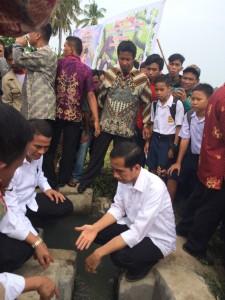 Presiden Jokowi dalam kunjungannya di Mamuju, Sulbar, Kamis (6/11)