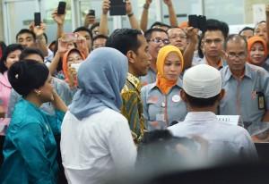 Presiden Jokowi dan Ibu Negara Iriana saat peluncuran KKS, KIS, dan KIP, di Kantor Pos Besar, Jakarta, Senin (3/11)