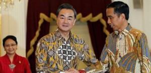 Menlu Retno Marsudi mendampingi Presiden Jokowi menerima Menlu RRT Wang Yi, di Istana Merdeka, Senin (3/11)