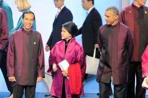 Presiden Jokowi dan Ibu Negara Iriana di antara para pemimpin dunia dalam sesi foto bersama APEC, di Beijing, Senin (10/11)