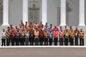 Preside Jokowi dan Wapres Jusuf Kalla berfoto bersama para gubernur se Indonesia, di halaman Istana Negara, Selasa (4/11)