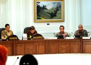 Presiden Jokowi didampingi Wapres Jusuf Kalla memimpin Sidang Kabinet Paripurna, Senin (3/11)