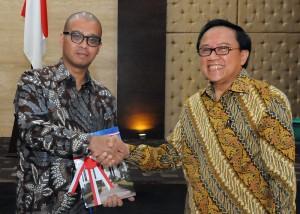 Seskab Andi Widjajanto menerima memori jabatan dari mantan Seskab Dipo Alam, dalam sertijab, Senin (3/11)