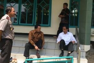 Setibanya di Pelabuhan Bakauheni, Presiden Jokowi didampingi Gubernur Lampung solat Dhuhur di sebuah masjid, Selasa (25/11)